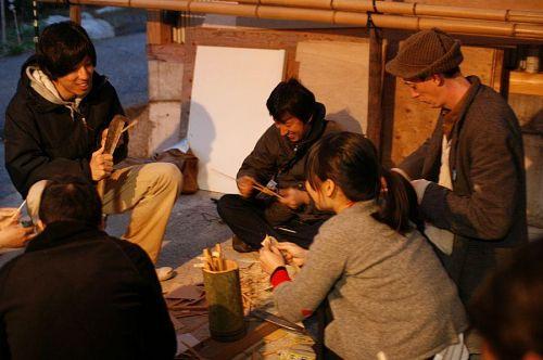あっちもこっちも、竹細工。お箸、バターナイフ、フォーク。思い思いのお土産づくり。