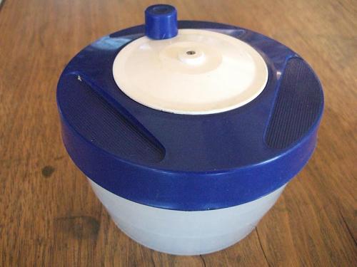 野菜脱水機 上のノブをぐるぐる回して、遠心力で水気を飛ばすというシンプルなお道具ながら、確実に具材の味をひとまわり引き締めるすぐれもの