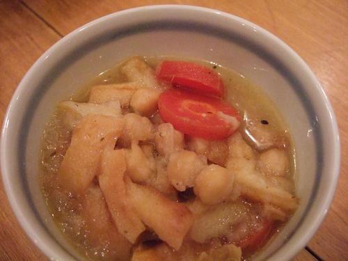 スープは、ひよこ豆とパン耳クルトンの洋風おじやスープ