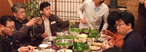 講演会が終わったあとの食事会では、しっかり食べながらもウェッブプロデューサーの大内さんが美味しそうな顔をすればカメラを抜き、、、