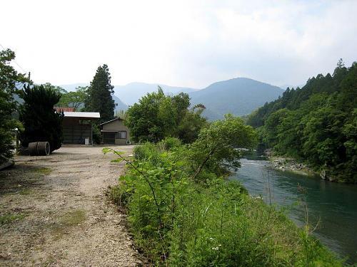 敷地から上流を望む。付近は鮎釣りポイント。向こうの山の麓に町役場がある。