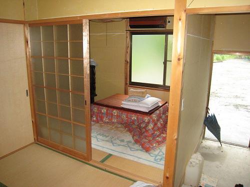 畳の間が2部屋。一人や二人の生活には掃除の手間もかからず、のんびり・・・。