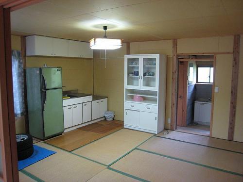 入り口に続くキッチン兼用の部屋。訪ねてきた友と語らい、友と飲む・・・。