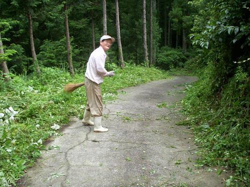 レレレのおじさんかと思ったら、あらニコライさんだ。『ちょっと気になるから』と、道に垂れかかっていた栗の木の枝を整理して、さらに草を刈ったあとの始末をしてくれている。