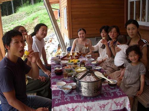 みんなで食べると輪をかけてうまい! なんか昔の大家族の昼飯時みたい