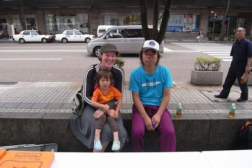 偶然なことで、翌朝に日本銀行の前でイベントの準備をしている日比野さんにばったりあった。声をかけずにはいられなかった、、、それでもクレア、顔が赤いぞ!