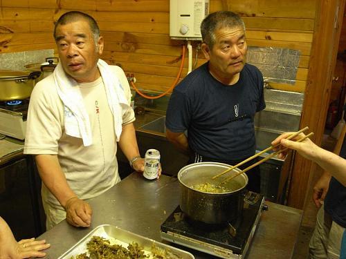 今回、指導いただいた日野さん(右)と山田さん(左)。ただいま、『寄せ揚げ関係』の指導中。漁について語らせれば、話が尽きないふたりです。