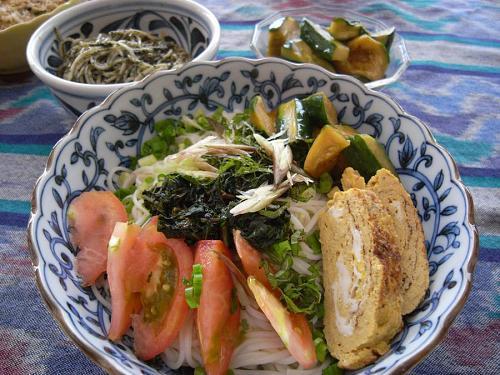 火曜日 ほっとひと休みのお昼ご飯は、chancafe謹製『ぶっかけ半田素麺』  たっぷりの旬の野菜と出汁巻き玉子が入って、プチご馳走です。