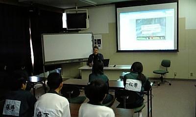 神山中学校でアドプト活動について説明しています。