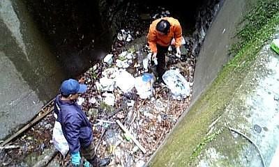こんなにゴミが捨てられてます。みなさん捨てないでくださいよ。