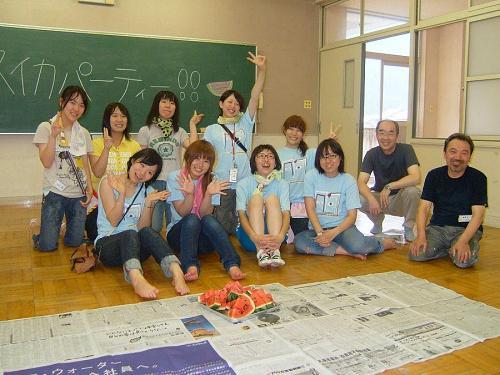 ムサビのお姉さん達と地元のサポーターの女の子と今井先生と鈴木先生
