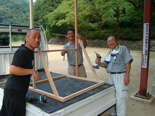 縁の下の力持ち。左から、三角さん、西森のりさん、山口純ちゃん。上分「酔うたんぼ」トリオ、頑張ってます。