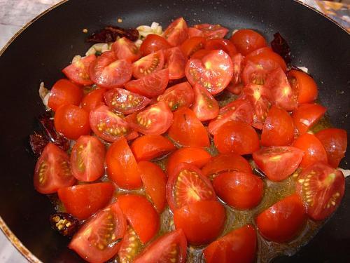 トマトの皮は剥いたほうが口当たりはいいのでしょうが、旨みという点ではこっちがベター。そしてなにより、簡単です。
