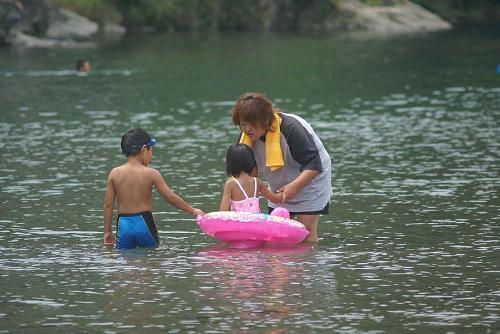 夏になると多くの人でにぎわう高瀬の川遊び
