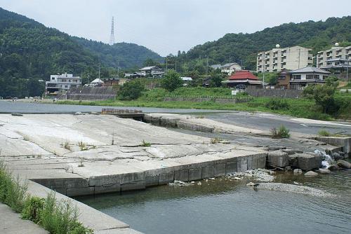 この場所が遊泳に適しているのは、堰があり川幅が広いからです