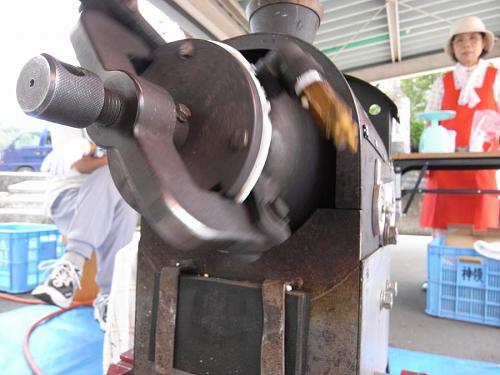 こちらは、コーヒーとは関係ないのだけど、梅っこのポン菓子製造器。カメラの同じロールに入ってました。なんか似てません?