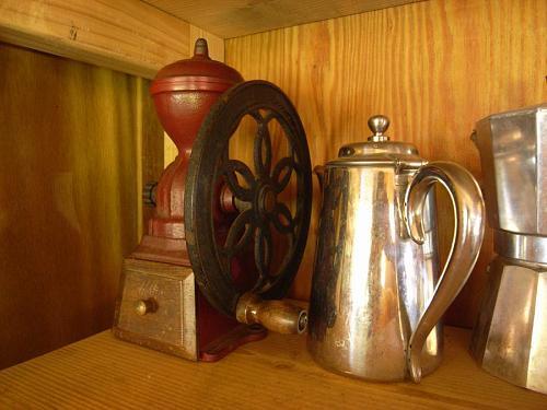こちらが我が家のコーヒーミル。ネジ止めはしてないけど、台所のコーヒーコーナーで、すっかり落ち着き払っている。