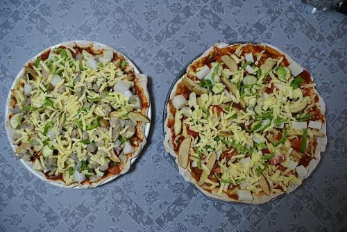 二種類のピザ。一つは野菜たっぷりともう一つはシーフードピザ。