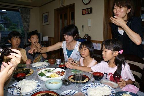 今夜のレシピは手巻き寿司。大勢の家族だと手間が省けていい