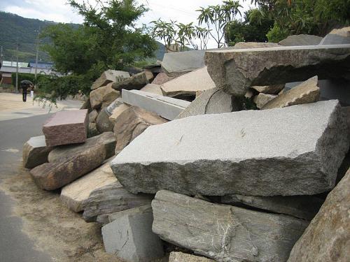 石がゴロゴロ積み上げられている。周囲の岩山も、切り崩されて形が変わっていきます。