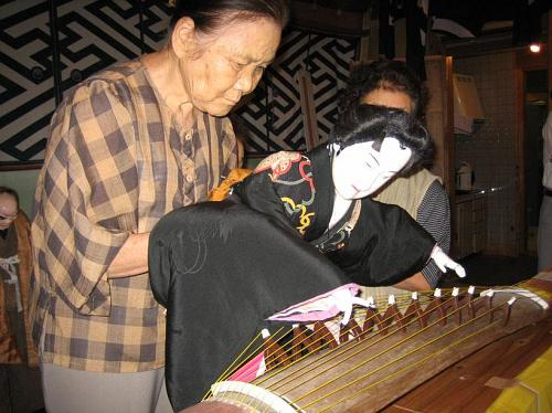 琴を弾くお弓さん。実際に琴が弾けないと、お芝居できません。