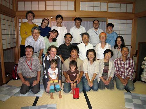 カメラマンのニコライさんを含めて、大人19人と小さいのが二人。前列に上本さん、奥さん、おばあちゃんとシホちゃん。10月、神山の人口が増加します・・・(笑)。