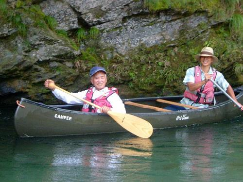 カヌーに興じる「神山の空気と水をつくる男」東谷忠明さん(70)、神山のジャン・ジオノ(?)。身も心も若々しいスーパー爺さん・・・(笑)。(写真:ニコライ河野)