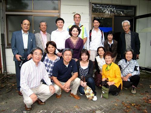 後方左端が岩本会長さん。残念ながら作家の皆さんは海を見に出かけ、不在でした。