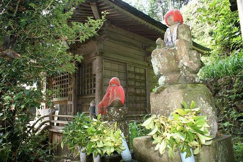 庵の脇に清水が出ています。これが伝説の泉でしょうか。