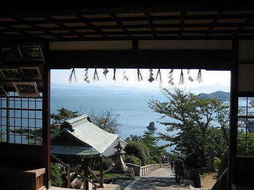 小豆島めぐり最後にお参りした富丘八幡宮の境内から参道を望む。