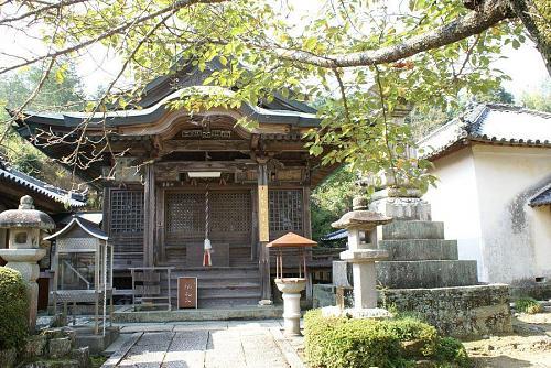 このお堂のには国指定の仏像があります。