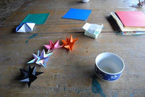 小学校の頃によくクリスマスバザーのために折ってた星型の折り紙。10個を来週までに折るように宿題をいただきました。