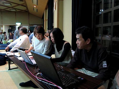 NPO法人文字情報支援ひこばえの大平多恵子会長と、入念にリハーサルを重ねる工藤桂子さんと仁木島昭さん。