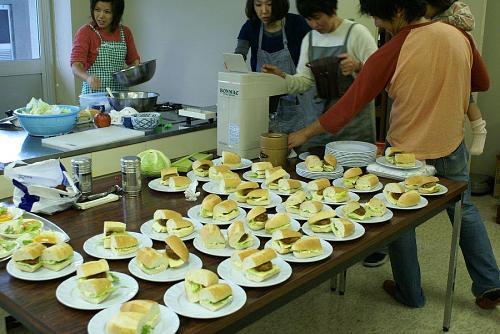 昼食は河野さんたちが美味しいサンドを作ってくれました