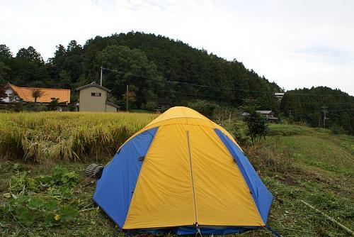 田の入り口にテント?