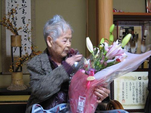「きれいな花じゃなぁ!」と大喜び。花屋さんのシールの内容から包装紙の「SOGO」の文字に至るまで、スラスラとよどみなく・・・!
