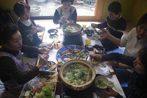 本日のメイン料理はカニすき鍋。
