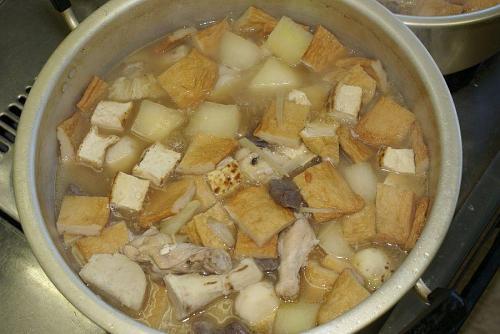 今日の料理は愛媛県の郷土料理「芋炊き」です。