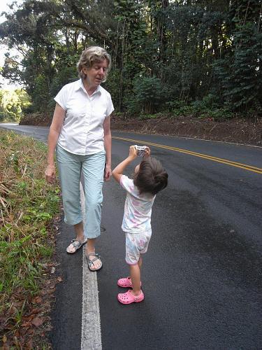 くねくねした狭い道でハナという村に行く途中で「車酔い防止」の休憩にソフィーがおばあちゃん(グランマ)の写真を撮る。