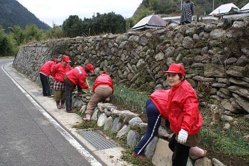 道路沿いに花を植えるのも年間の大切な作業です。