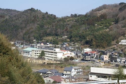 眼下に五反地の町並み、広野小学校付近が見渡せいい眺めです。