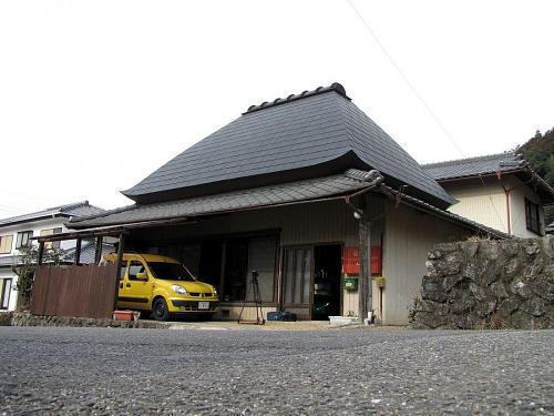 愛車のルノーは真っ黄色。'Only one in Kamiyama!'  どこにいても、上本さんと即わかる・・・(笑)。