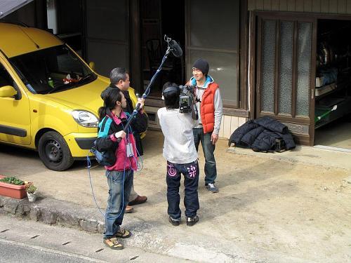 前庭での取材。富永記者の質問にも淀みなく、すらすらと。ちなみにこの日のカメラマンは、父親が神領字本野間出身の森西さん。