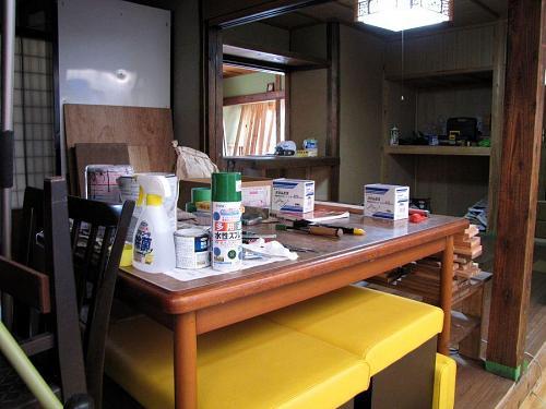 スプレー式塗料、接着剤、ビス、鉋や鋸・・・。「Do it myself!」の七つ道具が整然と並ぶ。