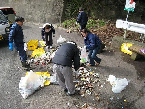 凍結防止剤や肥料などのビニール製の空き袋に拾いこんだゴミを再び路面に広げ、選別作業。