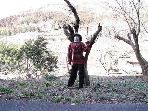 笑顔を振りまくカカシに見送られ、西に1キロ少々の散策で「代次(よつぎ)地区」に到着します。