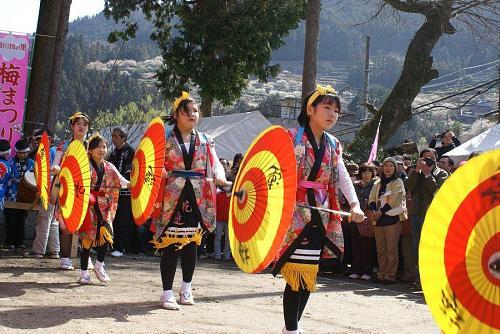 伝統芸能「傘踊り」。保存会によって今でも受け継がれています。