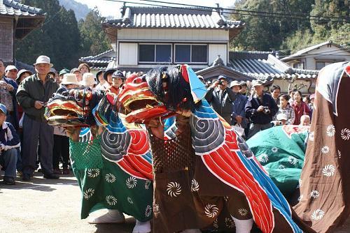 これも阿川地域に残る伝統芸能の「獅子舞」