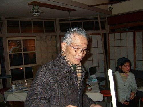 ヤーコンジュースを提供して、楽しんでいる稲飯先生。