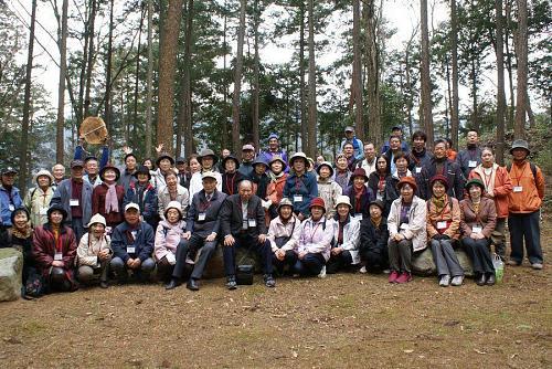 受講生・森づくりのメンバーとの記念写真。